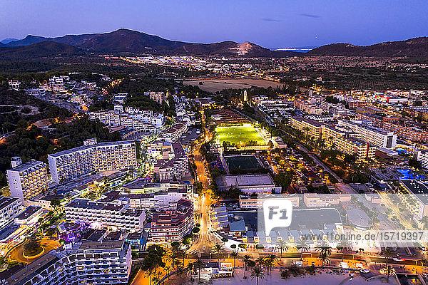 Spanien  Balearen  Mallorca  Region Calvia  Luftaufnahme über Costa de la Calma und Santa Ponca mit Hotels in der Abenddämmerung