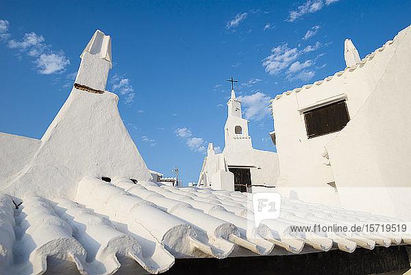 Spanien  Menorca  Binibeca  Weiße Dächer in Fischerdorf