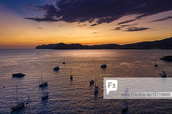 Spanien,  Mallorca,  Santa Ponsa,  Luftaufnahme von Booten,  die in der Abenddämmerung im Küstengewässer treiben