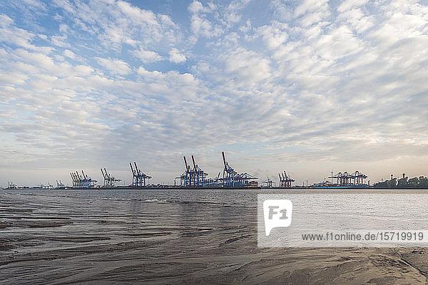 Deutschland  Hamburg  Wolken über der Elbe mit Hafenkränen im Hintergrund