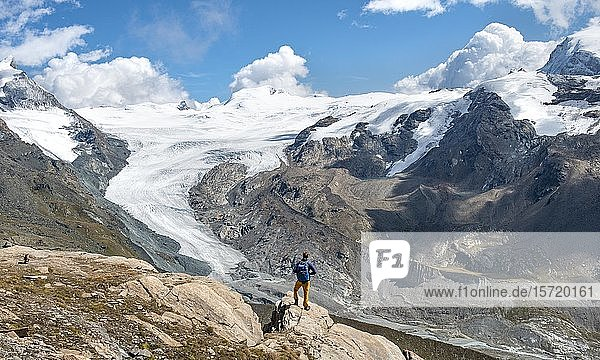 Wanderer blickt vom Berg Unterrothorn auf Gletscherzunge des Findelgletscher  Zermatt  Walliss  Schweiz  Europa
