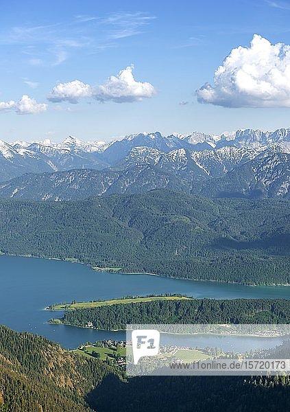 Ausblick vom Herzogstand auf Ort Walchensee mit Walchensee  hinten Alpenkette  Oberbayern  Bayern  Deutschland  Europa