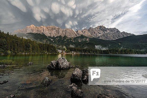 Felsen am Ufer  Eibsee vor Zugspitzmassiv mit Zugspitze  Sonnenuntergang  dramatische Mammatenwolken  Wettersteingebirge  bei Grainau  Oberbayern  Bayern
