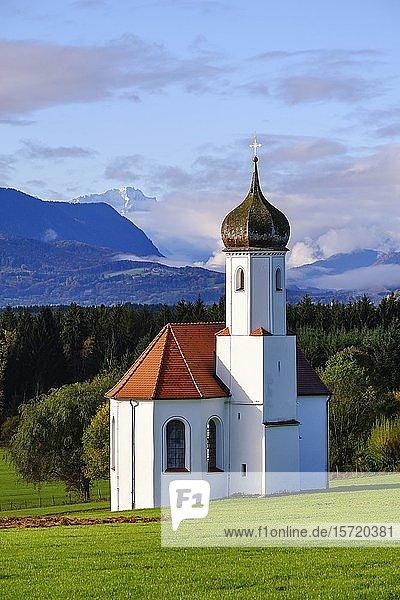 Kirche St. Johann in Sankt Johannisrain bei Penzberg  Pfaffenwinkel  Oberbayern  Bayern  Deutschland  Europa
