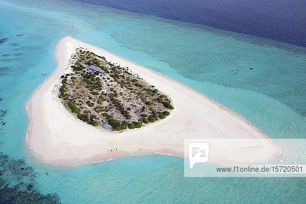 Luftaufnahme  unbewohnte Insel für Ausflüge  Malediveninsel  Ausflugsinsel mit breitem Sandstrand  Malediven  Asien