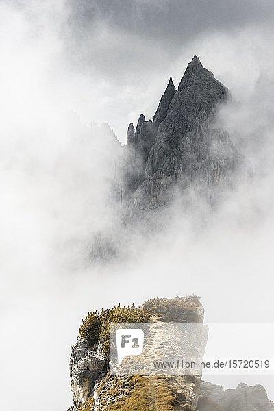 Felsvorsprung  Grat  hinten Berggipfel und spitzige Felsen  dramatische Wolken  Cimon di Croda Liscia und Cadini-Gruppe  Auronzo di Cadore  Belluno  Italien  Europa