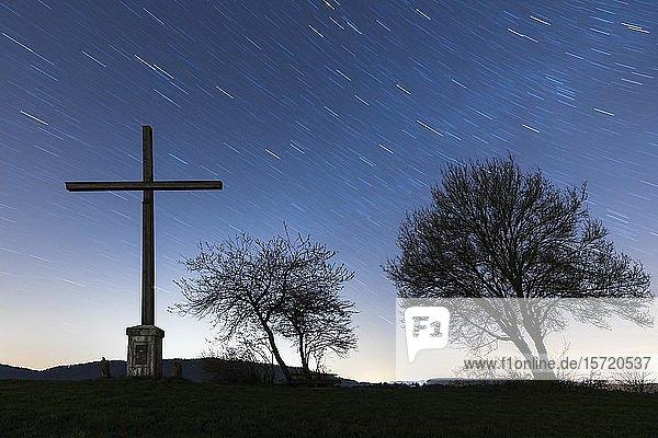 Herbelekreuz bei Nacht mit Sternenhimmel  Nenzingen  Baden-Württemberg  Deutschland  Europa