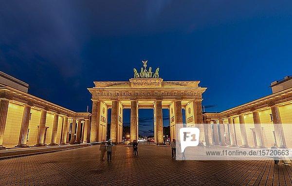 Brandenburger Tor mit Quadriga bei Abenddämmerung  Pariser Platz  Berlin  Deutschland  Europa
