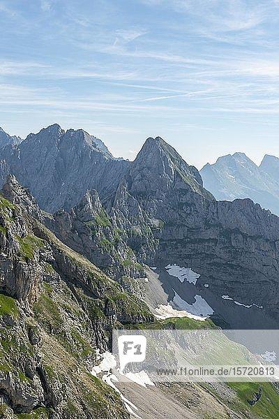 Blick auf Berggipfel  Links Tiefkarspitze  Mitte Östliche Larchetfleckspitze  Mittenwalder Höhenweg  Karwendelgebirge  Mittenwald  Deutschland  Europa