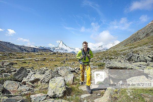 Wanderer auf 5-Seen Wanderweg  hinten schneebedecktes Matterhorn  Wallis  Schweiz  Europa