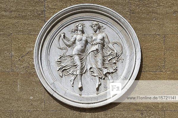 Relief mit zwei tanzenden weiblichen Figuren Teatro Massimo  Palermo  Sizilien  Italien  Europa