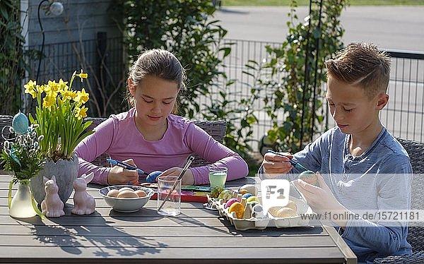 Mädchen und Junge  Kinder beim Ostereier bemalen  Bayern  Deutschland  Europa