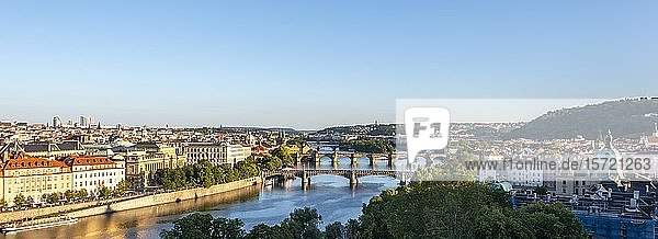 Stadtansicht mit Brücken über Fluss Moldau  Karlsbrücke  Prag  Böhmen  Tschechien  Europa