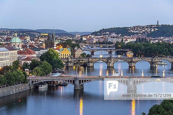 Stadtansicht  Brücken über Fluss Moldau  Karlsbrücke mit Altstädter Brückenturm und Wasserturm  Abendstimmung  Prag  Böhmen  Tschechien  Europa