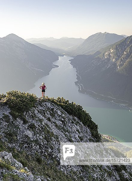 Junge Frau blickt über Berglandschaft  Ausblick vom Berg Bärenkopf auf den Achensee  links Seebergspitze  Tirol  Österreich  Europa