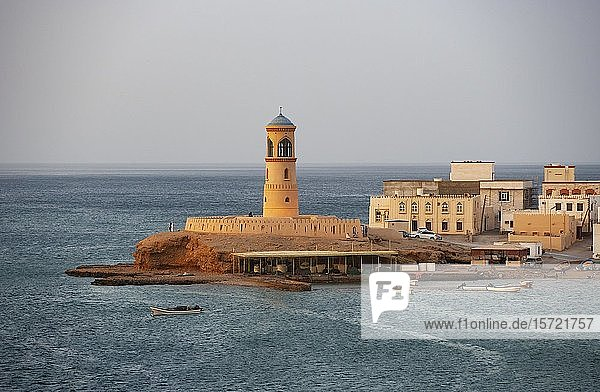 Natürlicher Hafen  Fischerboote  Leuchtturm Al Ayijah  Sur  Provinz Ash Sharqiyah  Sultanat Oman
