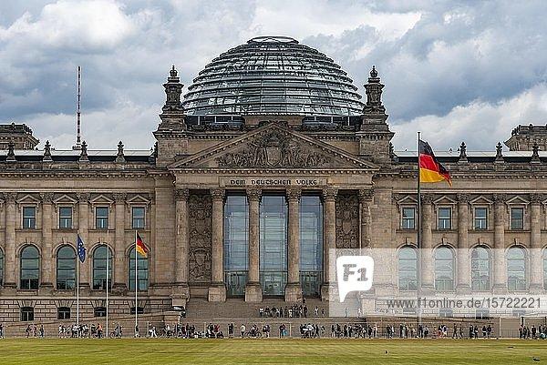 Reichstag und Deutschland Flagge  Regierungsviertel  Berlin  Deutschland  Europa
