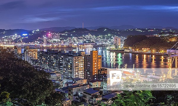 Beleuchtete Stadtansicht bei Nacht  Keelung City  Taiwan  Asien