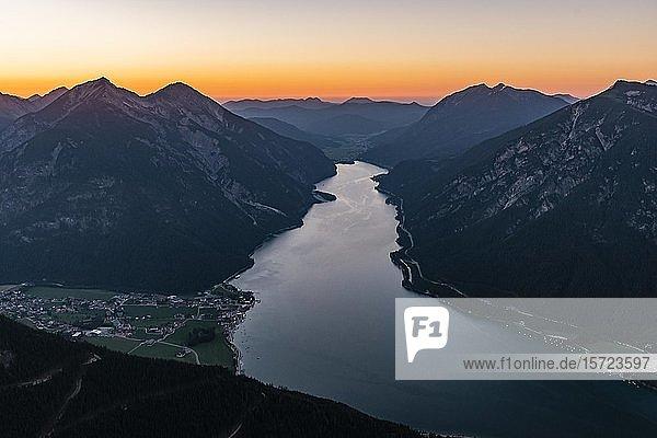 Sonnenuntergang  Bergpanorama vom Bärenkopf  Achensee  links Seebergspitze und Seekarspitze  rechts Rofangebirge  Tirol  Österreich  Europa