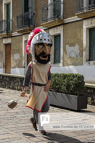 Überdimensionale Figuren  Umzug der Giganten  Gigantes y Cabezudos  Fiesta  Festival de la Virgen de Guadalupe  Hondarribia  bei Irun  Provinz Gipuzkoa  Baskenland  Spanien  Europa