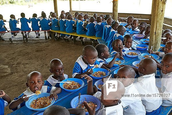 Schülerinnen und Schüler der Mirisa-Academy beim Mittagessen  Nakuru  Kenia  Afrika