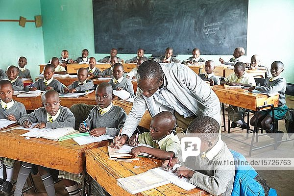 Schülerinnen und Schüler mit Lehrer im Klassenzimmer beim Unterricht der Primary School  Mirisa-Academy  Nakuru  Kenia  Afrika
