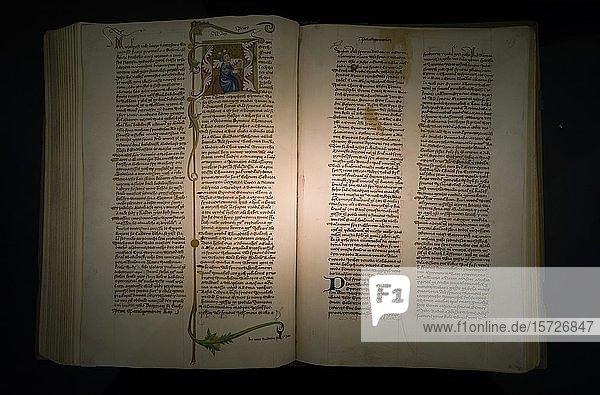 Altes Historisches Buch  Buchseiten mit religiösen Texten  Strahover Bibliothek  Kloster Strahov  Hradschin  Prag  Tschechien  Europa