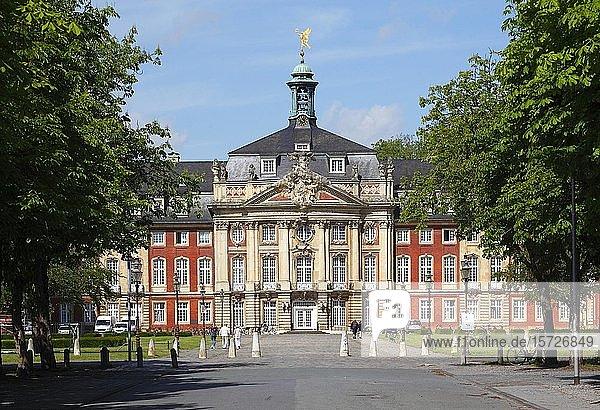 Fürstbischöfliches Schloss mit Westfälischer Wilhelms-Universität  Münster  Nordrhein-Westfalen  Deutschland  Europa