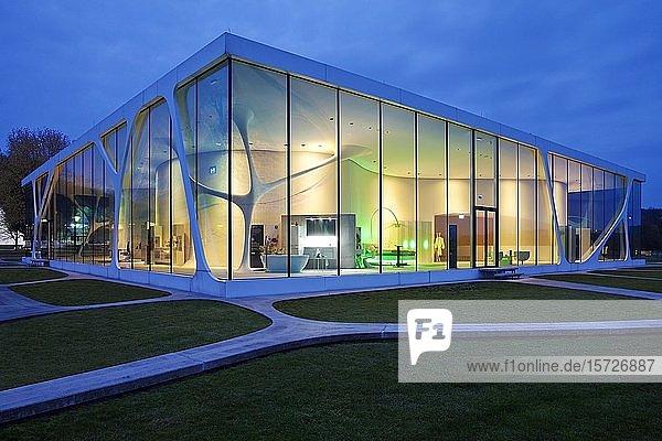 Glass Cube zur blauen Stunde  Leonardo Markengebäude  Bad Driburg  Ostwestfalen-Lippe  Nordrhein-Westfalen  Deutschland  Europa