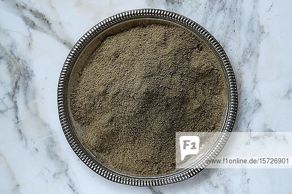 Brahmi churna (Bacopa monnieri) in einer Schale  gemahlen  ayurvedisches Kräuterpulver  Indien  Asien