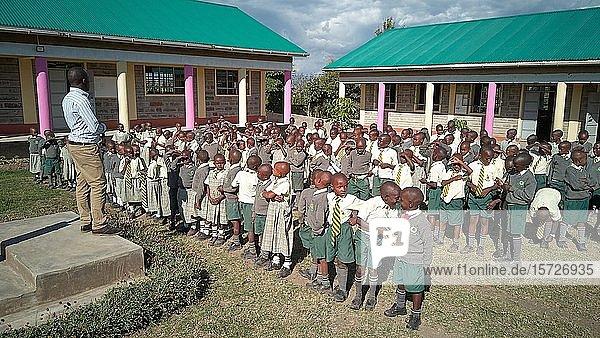 Verabschiedung am letzten Tag  Schülerinnen und Schüler der Mirisa-Academy  Nakuru  Kenia  Afrika