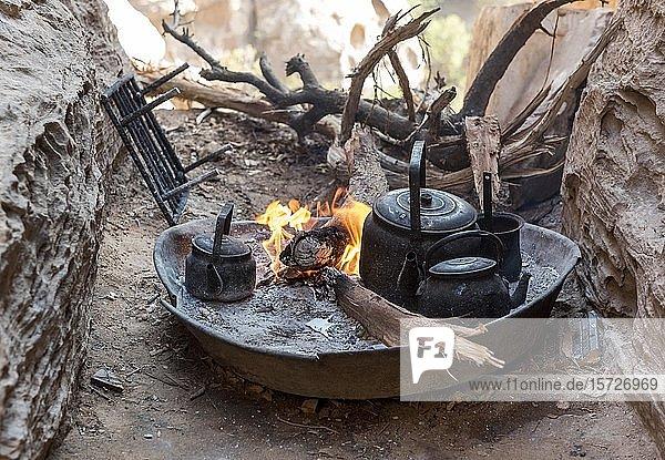 Traditionelle Zubereitung von Tee auf Holzfeuer  Jordanien  Asien