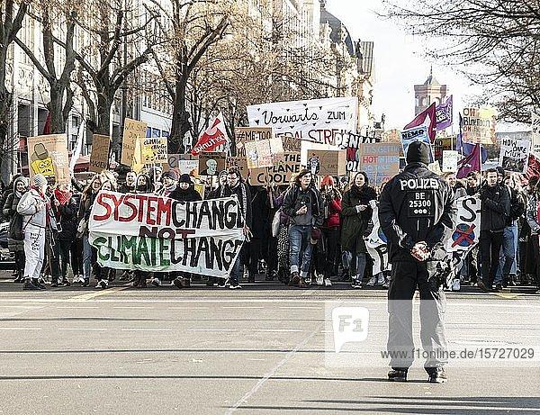 Polizist beobachtet Demonstration beim Klimastreik  Fridays for Future  Berlin  Deutschland  Europa