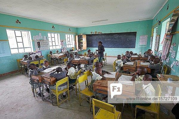 Schülerinnen und Schüler mit Lehrerin im Klassenzimmer beim Unterricht der Primary School  Mirisa-Academy  Nakuru  Kenia  Afrika