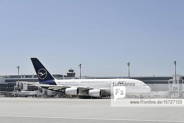 Lufthansa Airbus  A380-800  rollt vor Terminal 2  Flughafen München  Oberbayern  Bayern  Deutschland  Europa