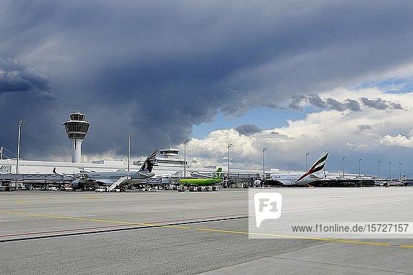 Unwetterfront über Flughafen  Terminal 1  Flughafen München  Oberbayern  Bayern  Deutschland  Europa