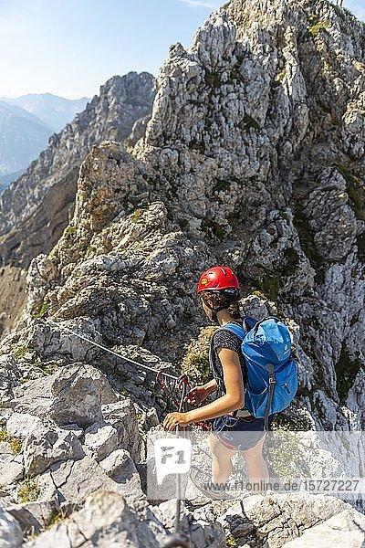 Bergsteigerin  junge Frau an einem gesicherten Klettersteig  Mittenwalder Höhenweg  Karwendelgebirge  Mittenwald  Deutschland  Europa