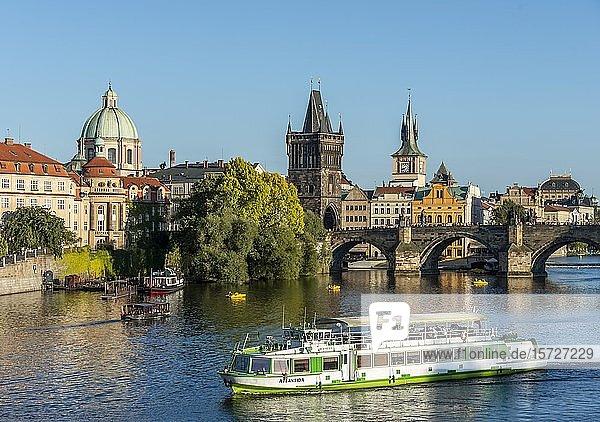 Fluss Moldau mit Booten  Kreuzherrenkirche  Karlsbrücke mit Altstädter Brückenturm und Wasserturm  Prag  Böhmen  Tschechien  Europa