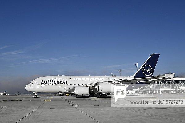 Lufthansa Airbus  A380-800 rollend vor Satellit  Terminal 2  New Livery  Flughafen München  Oberbayern  Bayern  Deutschland  Europa
