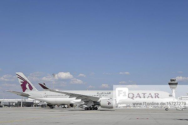 Qatar Airways  Airbus  A350-1000 vor Terminal 1 mit Tower  Flughafen München  Oberbayern  Bayern  Deutschland  Europa