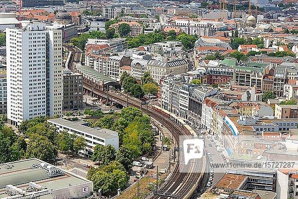 Blick auf Gleise der S-Bahn und Hackescher Markt  Berlin-Mitte  Berlin  Deutschland  Europa