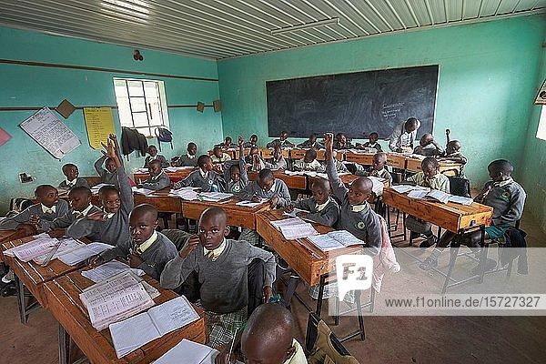 Schülerinnen und Schüler beim Unterricht im Klassenzimmer  Primary School  Mirisa-Academy  Nakuru  Kenia  Afrika