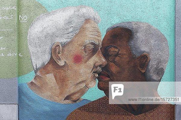 Zwei ältere Schwule küssen sich  einer weiß  einer farbig  LGBT Porträt  Wandbild von Fotini Tikkou am Rainbow House  Rue de la Chaufferette  Lollepotstraat  Brüssel  Belgien  Europa