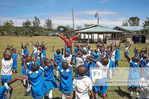 Schülerinnen und Schüler mit Lehrerin beim Sportunterricht  Mirisa-Academy  Nakuru  Kenia  Afrika