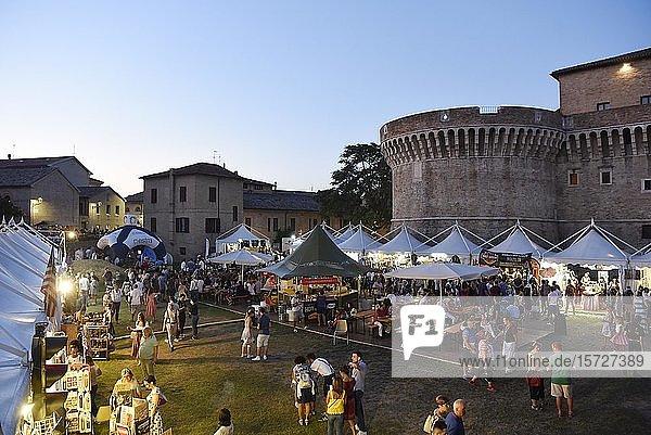 Verkaufsstände bei Abenddämmerung  Summer Jamboree  Rock'n'Roll Festival  Festungsanlage  Rocca Roveresca di Senigallia  Senigallia  Provinz Ancona  Marken  Italien  Europa