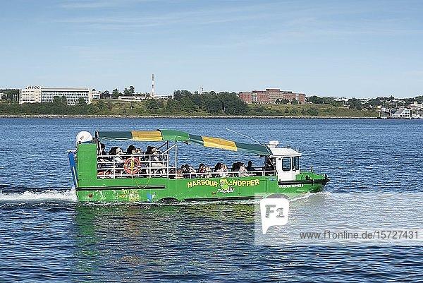 Amphibienfahrzeug  Harbour Hopper  Touristenattraktion im Hafenviertel von Halifax  Nova Scotia  Kanada  Nordamerika