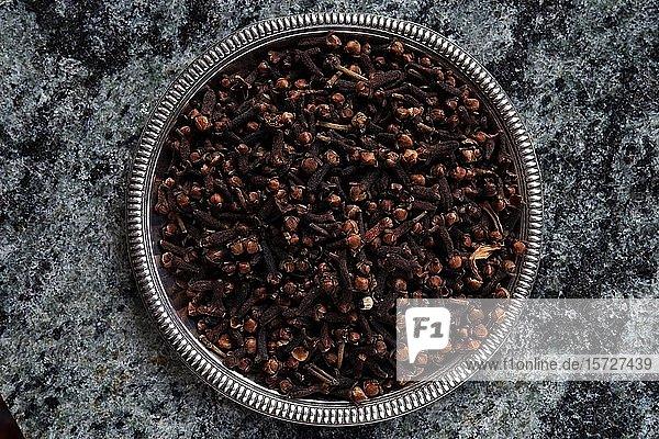 Gewürznelken (Syzygium aromaticum) in einer Schale  Indien  Asien