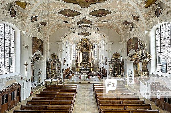 Barockes Langhaus mit Hochaltar  Stadtpfarrkirche St. Johannes der Täufer  Altstadt  Hilpoltstein  Mittelfranken  Franken  Bayern  Deutschland  Europa