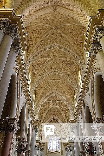 Kirchenschiff  Tonnengewölbe mit Stuckatur  Innenansicht  Kathedrale von Neapel  Duomo di Napoli  Erice  Sizilien  Italien  Europa