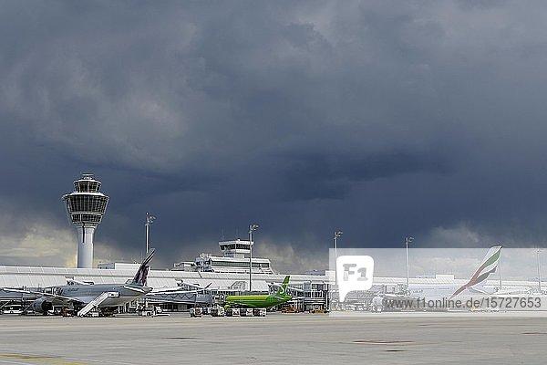 Regenwolke über Flughafen  Terminal 1  Flughafen München  Oberbayern  Bayern  Deutschland  Europa